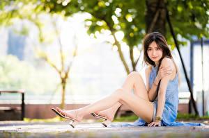 Фотографии Азиатка Боке Шатенка Платье Сидит Руки Ноги