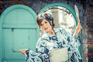Фотографии Азиатка Боке Шатенки Рука Веер Взгляд Кимоно Девушки