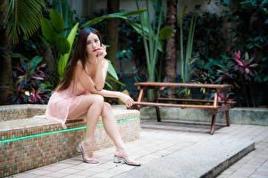 Картинка Азиатки Боке Платья Шатенки Сидящие Ног Туфель девушка