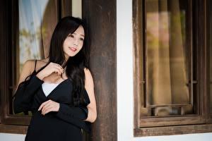 Картинки Азиаты Боке Взгляд Улыбается Рука Брюнетки молодая женщина