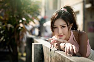 Фотографии Азиаты Боке Рука Взгляд Шатенки девушка