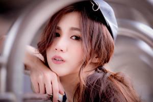Фото Азиатка Размытый фон Рука Взгляд Шатенки Лицо молодые женщины