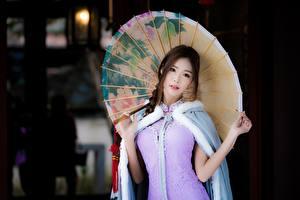 Картинки Азиаты Шатенки Зонт Рука Смотрит Боке Девушки