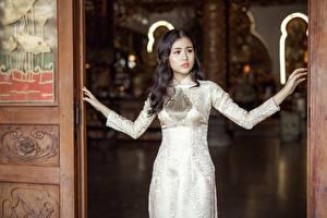 Картинки Азиатки Брюнетки Рука Платья Смотрит
