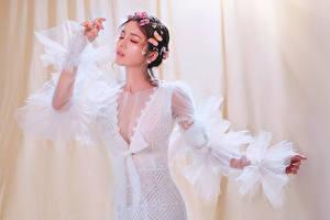 Картинка Азиаты Бабочка Позирует Платье Декольте молодая женщина