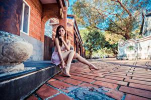 Картинка Азиаты Пальцы Жест Сидит Ног Платья Девушки