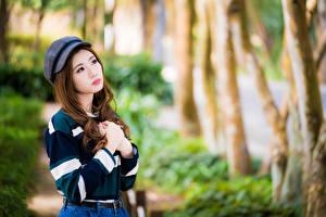 Картинки Азиаты Руки Кепкой Взгляд Боке молодая женщина