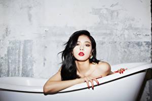 Картинки Азиаты Ванная Брюнетки Взгляд Рука Kim Hyuna, Korean молодая женщина
