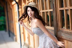 Картинка Азиатка Позирует Платье Шляпы Взгляд Боке Красивый молодые женщины