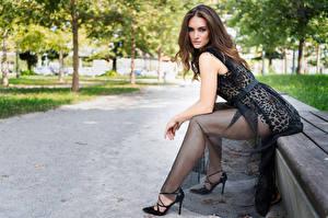 Обои Скамейка Сидящие Платье Смотрят Ноги