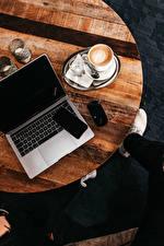 Картинка Кофе Стол Ноутбуки Сматфоном Компьютеры