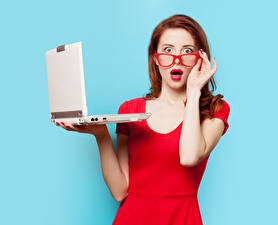 Фотография Цветной фон Рыжих Очки Удивление Руки Красными губами Ноутбук Взгляд