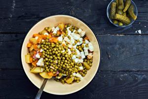 Обои Огурцы Салаты Овощи Горох Доски Тарелке Olivier salad Пища