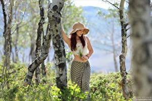 Картинка Elena Generi Букеты Позирует Ствол дерева Юбки Майка Шляпа Боке молодая женщина
