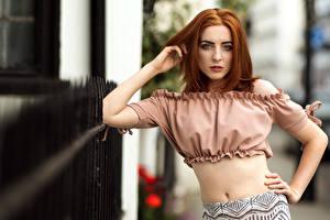 Фотографии Позирует Рыжая Блузка Живота Рука Смотрят Боке Ella Rae девушка