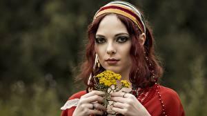 Фотографии Лица Рука Смотрят Размытый фон Рыжие молодые женщины