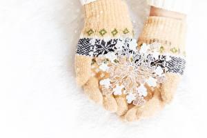 Картинки Перчатки Снежинки Руки Белый фон