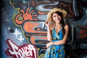 Фотография Граффити Азиатки Стены Шляпа Шатенка Смотрит Улыбка Руки девушка