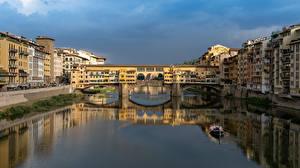 Картинка Италия Флоренция Дома Речка Мосты Лодки Ponte Vecchio bridge Города