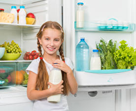 Картинка Молоко Девочки Холодильник Взгляд Бутылки Коса Улыбка ребёнок