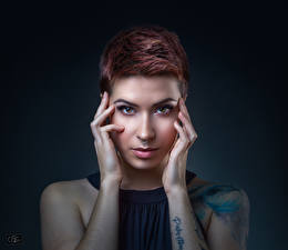 Картинки Фотомодель Косметика на лице Руки Смотрят Пирсинг Нос Рыжих девушка