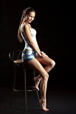 Фотография Стул Стулья Сидит Красивые Шортах Майке Смотрят Фотомодель Модель Nastya Девушки