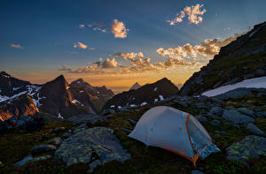 Картинка Норвегия Лофотенские острова Гора Камни Небо Облачно Палатка