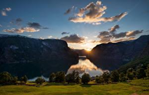 Картинки Норвегия Горы Вечер Рассветы и закаты Небо Облака Aurlandsvangen,  fjord Природа