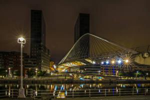 Фотографии Испания Здания Речка Мост Ночью Уличные фонари Bilbao Города