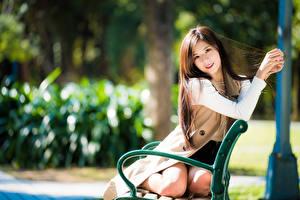 Фото Азиаты Скамейка Сидит Смотрят Боке Девушки