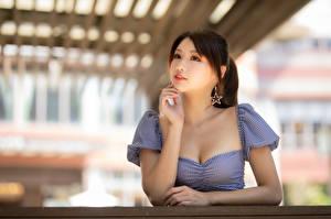 Картинка Азиаты Блузка Рука Размытый фон молодые женщины