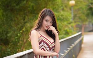Картинки Азиаты Боке Шатенки Смотрят Руки молодые женщины