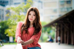 Картинки Азиаты Боке Шатенки Смотрит Рука Миленькие молодые женщины