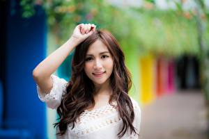 Фотография Азиатка Боке Шатенки Взгляд Улыбается Руки молодая женщина