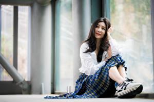 Картинка Азиаты Боке Сидящие Брюнеток Юбки Кроссовках молодые женщины