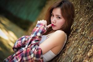 Картинки Азиатки Шатенки Смотрит Рука девушка