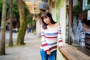 Фотография Азиатки Шатенки Смотрит Свитере Рука Боке девушка