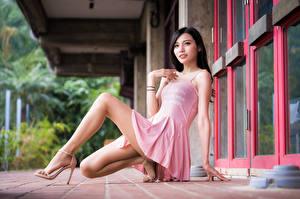 Картинка Азиатки Брюнетки Платья Ног Смотрит Поза молодая женщина