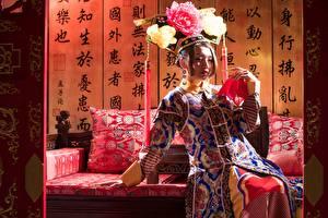 Картинка Азиаты Сидит Руки Chinese молодые женщины