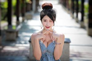 Картинки Азиаты Жест Размытый фон Брюнеток Декольте Руки молодая женщина