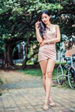 Фотографии Азиатки Поза Платье Ноги девушка