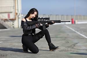 Обои Азиатка Снайперская винтовка Асфальта Брюнетка Позирует Куртках молодые женщины