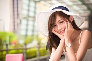 Обои Азиаты Наручные часы Размытый фон Шляпа Шатенка Взгляд Улыбка Руки Девушки картинки