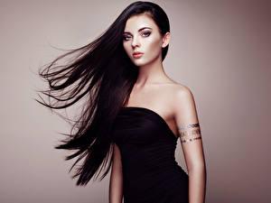 Картинки Брюнетка Волосы Взгляд Фотомодель Цветной фон молодые женщины