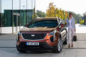 Обои Кадиллак CUV Спереди Металлик XT4 350D, Launch Edition Sport, 2020 Девушки