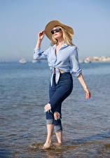 Обои Carla Monaco Блондинки Джинсов Рубашке Шляпы Очков девушка