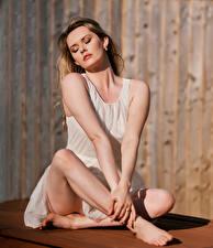 Фотографии Carla Monaco Платье Сидит Ноги девушка