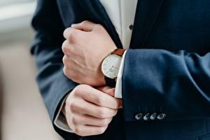 Обои Часы Наручные часы Вблизи Руки Костюме