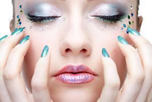 Фотография Крупным планом Пальцы Губы Лица Маникюр Макияж молодая женщина