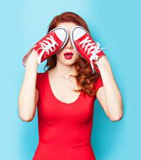 Картинки Цветной фон Рыжие Красные губы Рука Кедами молодые женщины